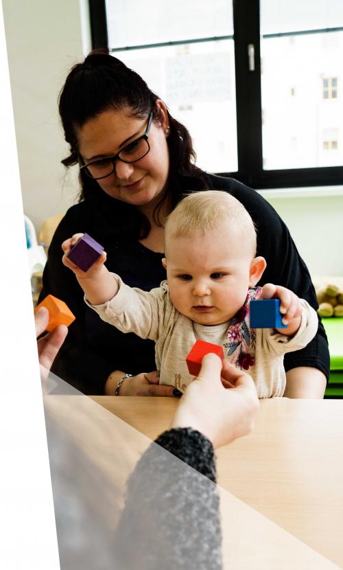 Kontakt Baby mit Spielzeug