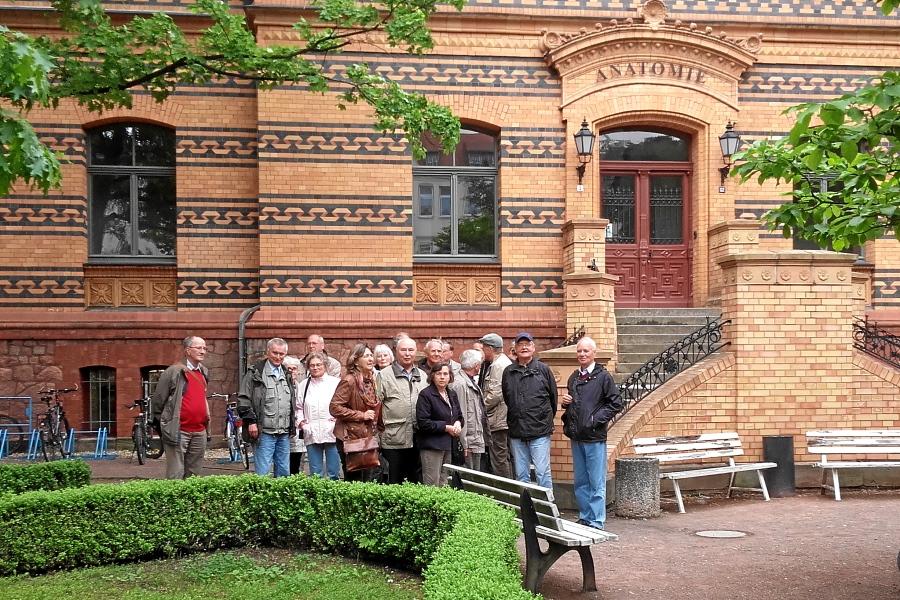 Exkursion nach Halle: Vor dem Institut für Anatomie