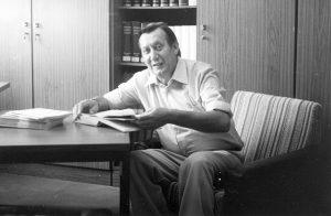 Kurt Petermann in seinem Büro im Tanzarchiv